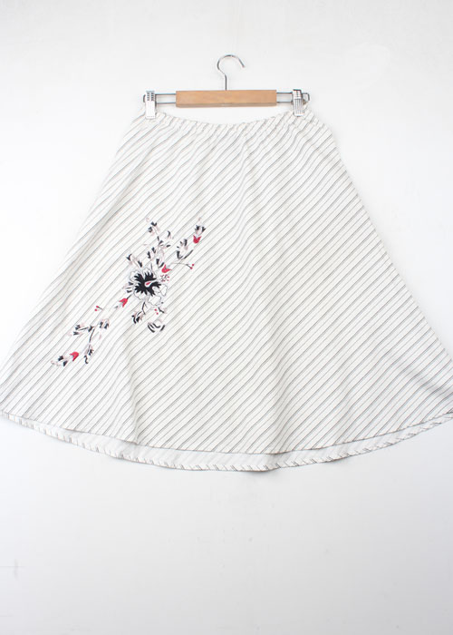 to thte max! embroid skirt